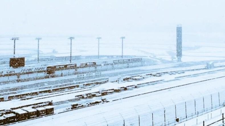 Tokio: Unerwarteter Schneefall legt Straßerverkehr lahm