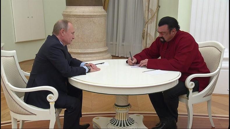 Welcome to Russia: Steven Seagal holt russischen Ausweis persönlich bei Wladimir Putin ab