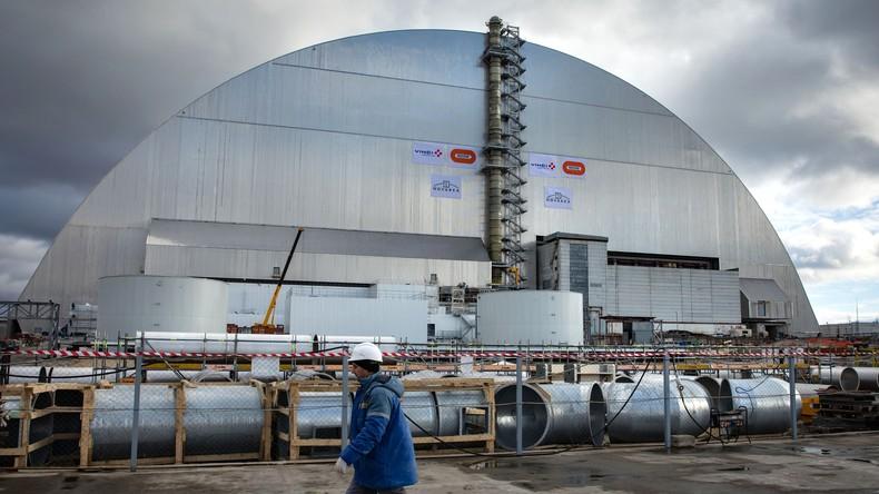 Neue Schutzhülle gegen Radioaktivität über Tschernobyl-Reaktor geschoben