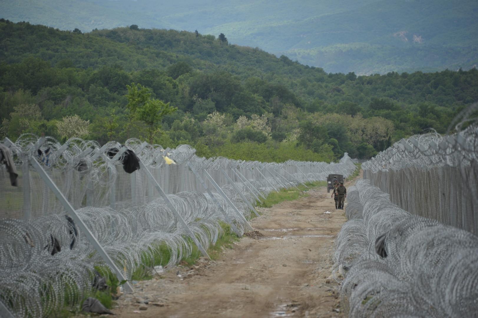 """Ein gesicherter Abschnitt der griechisch-mazedonischen Grenze in der Nähe des Flüchtlingslagers """"Vinojug"""""""