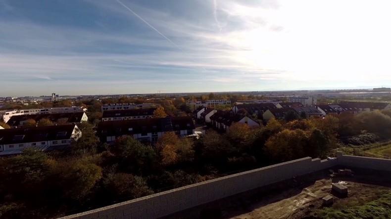 Der künftige Lärmschutzwall vor einem Flüchtlingsheim in München