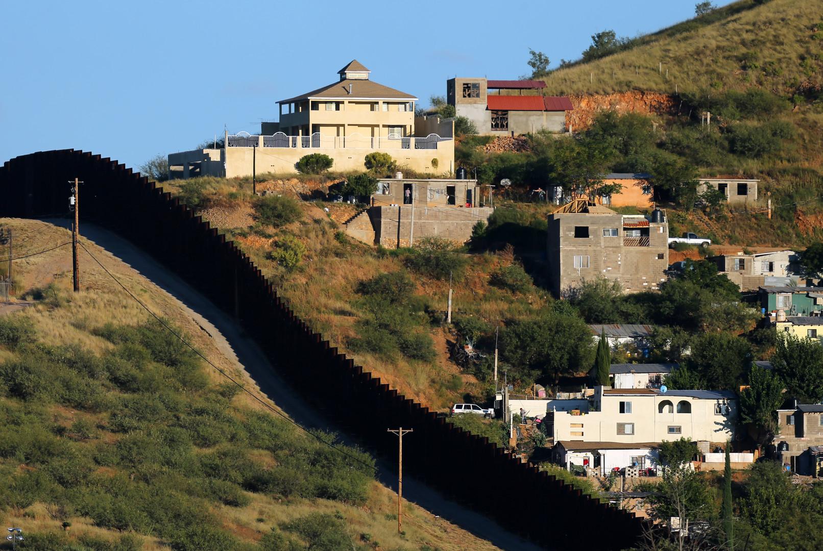 """Zwei Ortschaften mit demselben Namen: Ein Grenzzaun trennt das mexikanische Nogales (rechts) von seinem """"Zwillingsbruder"""" im US-Bundesstaat Arizona (links)"""