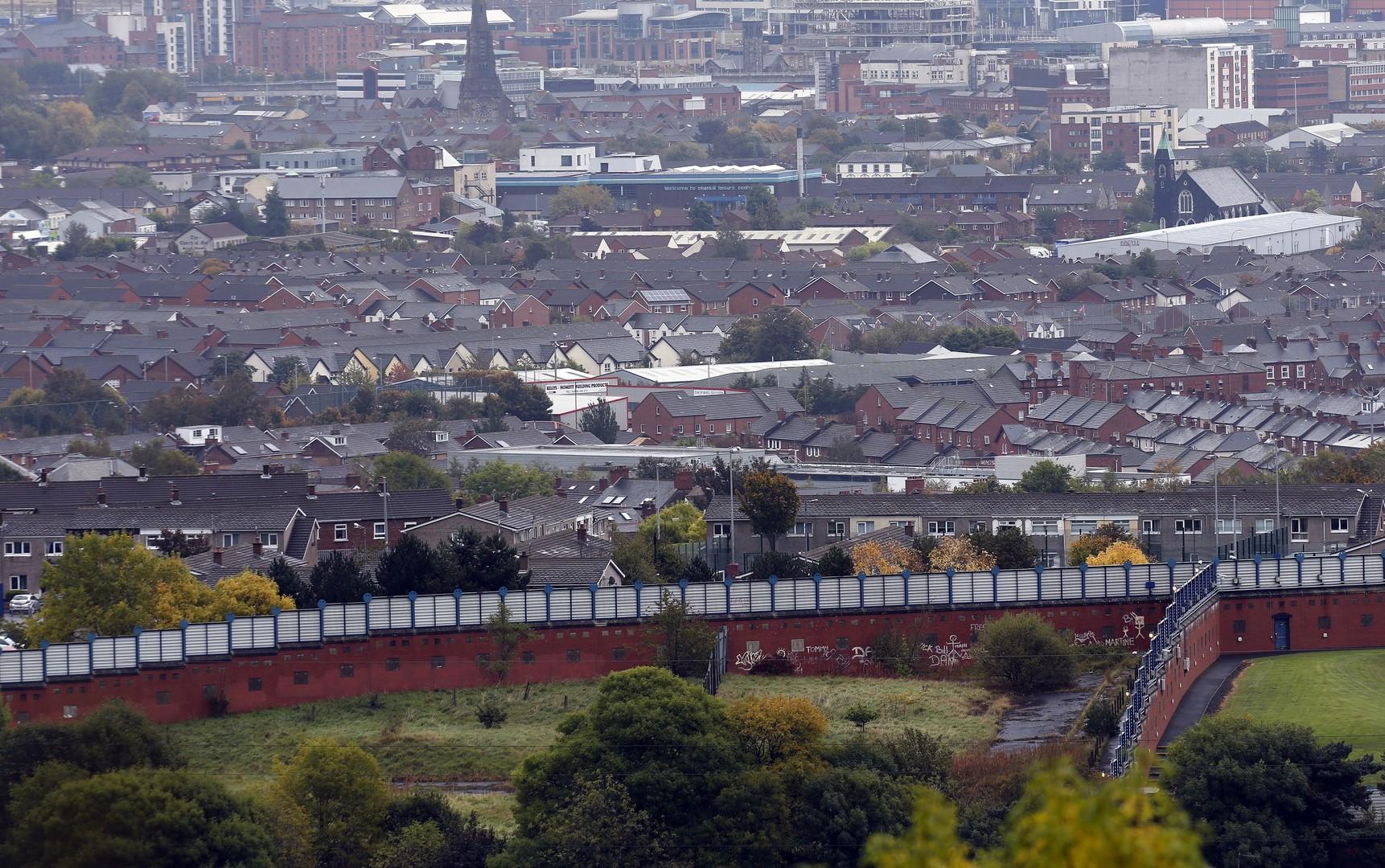 """Ein Stück Friedensmauer (""""Peace wall""""), das die katholischen und protestantischen Gemeinden in Belfast trennt"""