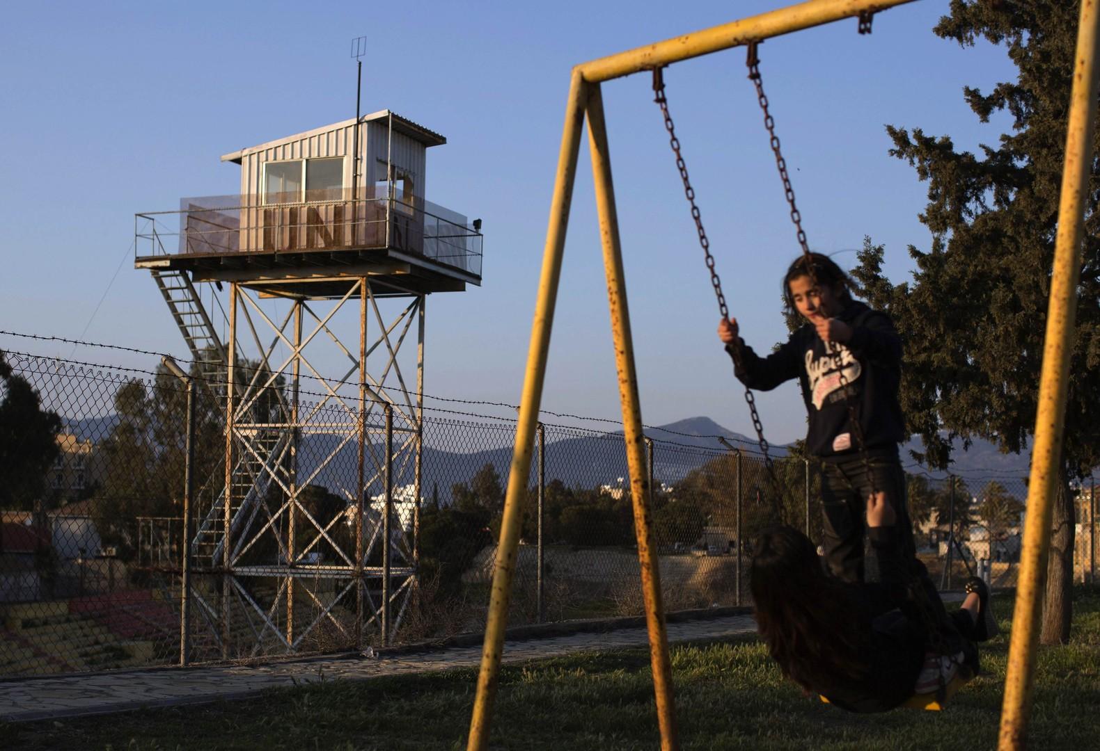 Kinder spielen in einem Park in dem von Nordzypern kontrollierten Teil von Nikosia