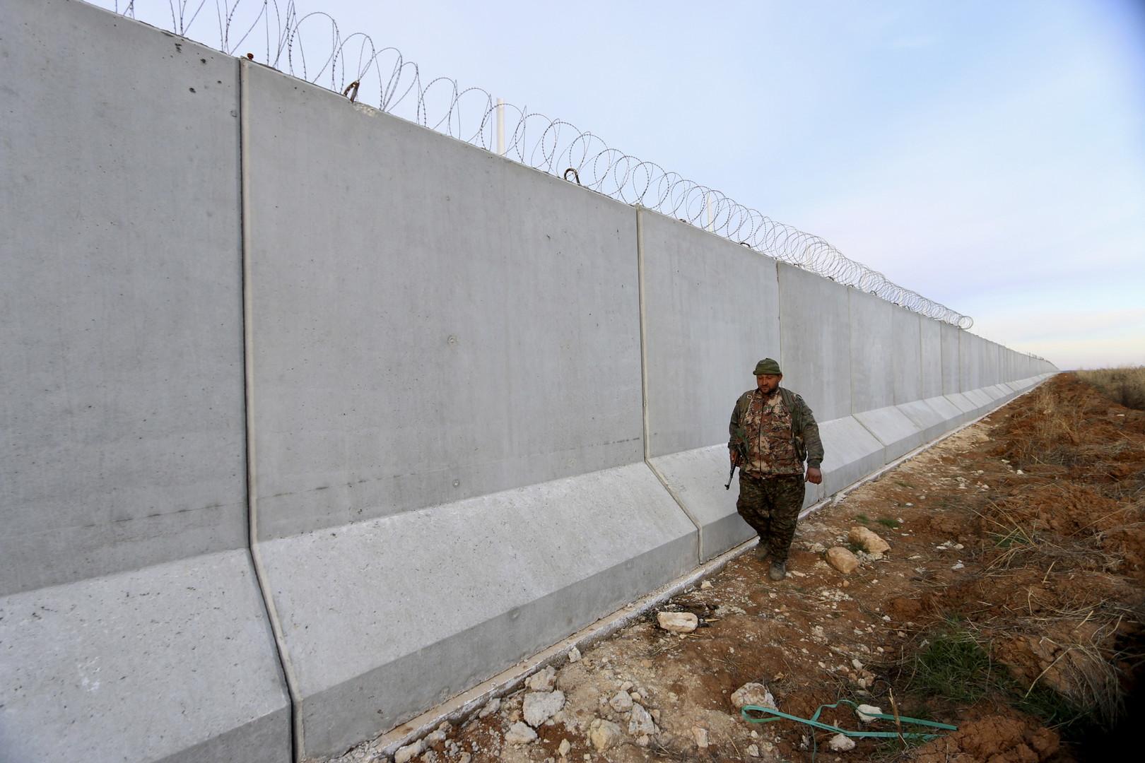 Ein kurdischer Milizionär patroulliert an der neuen Mauer zur Türkei, Ras al-Ain, Syrien, Januar 2016