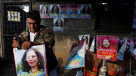 Ein Mann bereitet Material für den Wahlkampf vor, Plakate von Rosario Murillo und Daniel Ortega aus der FSLN, 27. Oktober 2016.