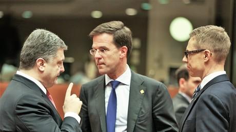 Ukrainischer President Petro Poroschenko mit dem holländischen Premier Mark Rutte und dem finnischen Premier Alexander Stubb während eines Treffens in Brüssel am 15. Februar 2015