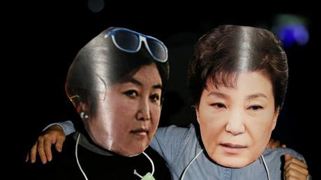 Demonstranten verkleiden sich mit Gesichtsmasken der südkoreanischen Präsidentin Park Geun-hye (rechts) und ihrer Beraterin Choi Soon-sil, 27. Oktober 2016.