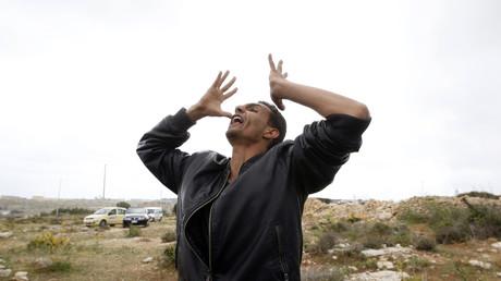 Ein Tunesier gibt seiner Verzweiflung Ausdruck, um gegen die Abschiebung in sein Heimatland zu protestieren. Lampedusa, Italien; 11. April 2011.