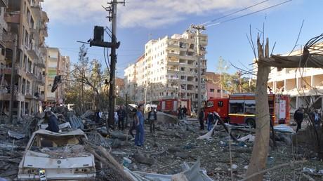 Zerstörte Autos nach einer Explosion in einer Straße in Diyarbakir, Türkei, 4. November 2016.