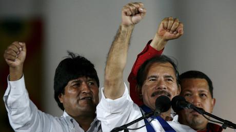 Nicaraguas Präsident Daniel Ortega (M), Boliviens Präsident Evo Morales (L) und Venezuelas ehemaliger Präsident Hugo Chavez, nach Ortegas Vereidigung, Managua, Januar 2007