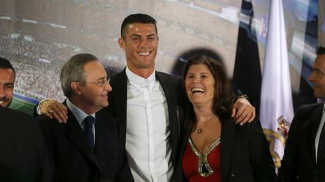 Cristiano Ronaldo mit seiner Mutter, Dolores Aveiro, und dem Präsidenten von Real Madrid, Florentino Perez