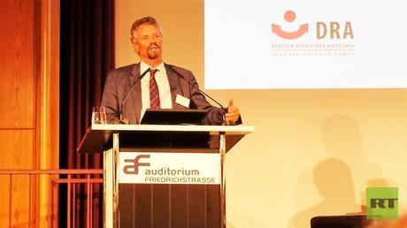 Gernot Erler tritt im ersten Panel der Herbstgespräche 2016 auf, das unter dem Thema stand: