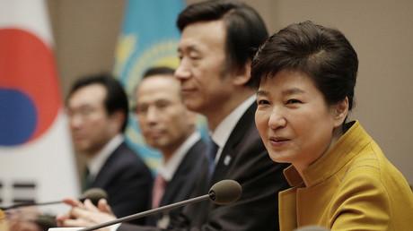 Südkoreas Präsidentin Park Geun-hye im Gespräch mit dem kasachischen Präsidenten Nursultan Nazarbayev in Seoul, Südkorea, 10. November 2016.