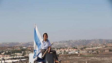 Junge mit israelischer Flagge in der Siedlung Amona