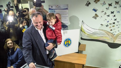 Der künftige Wahlsieger Igor Dodon gibt am 13. November 2016 seine Stimme für die Präsidentschaftswahlen zusammen mit seinem Sohn und seiner Frau (im Hintergrund) ab.