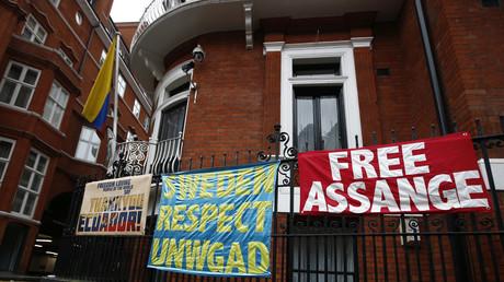 Unterstützer fordern vor der ecuadorianischen Botschaft in London Freiheit für Julian Assange.