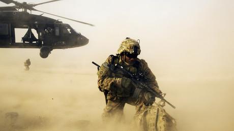 Ein US-Soldat nach dem Absprung aus einem UH-60 Blackhawk Helikopter in der Nähe von Jalalabad, Nangarhar Provinz, Afghanistan; 20 Dezember 2014.