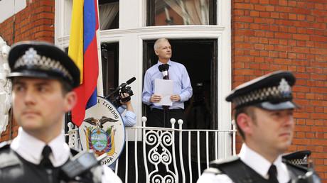 Julian Assange auf dem Balkon der ecuadorianischen Botschaft in London.