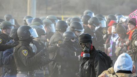 Konfrontation zwischen Demonstranten und Polizisten in Standing Rock, North Dakota, USA,  15. November, 2016.