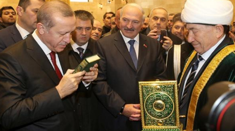 Aleksandr Lukaschenko küsst aus Respekt den Koran.