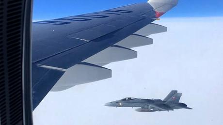 Schweizerische Kampfjets nähern sich dem Flugzeug der russischen APEC-Delegation.