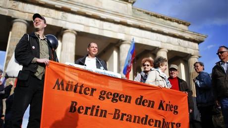 Die Teilnehmer der Gedenkveranstaltung zum Jahrestag des Odessa-Massakers am 02. Mai 2015 in Berlin.