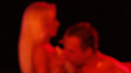 Manchmal geht es im richtigen Leben zu wie auf der Bühne. Zwei Performer auf der Sexmesse Venus. Berlin, Deutschland, 29. September, 2011.