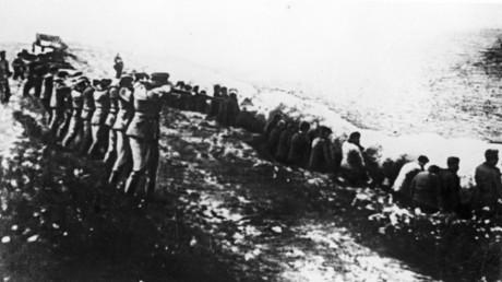 Massenerschießungen von Zivilisten auf Befehl des Wehrmachtgenerals Adolf Heusinger in der Oryol-Region während des Überfalls auf die Sowjetunion, August 1942. Heusinger machte nach dem Krieg Karriere bei NATO und Bundeswehr.