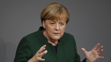 Merkel am Rednerpult des Bundestags.