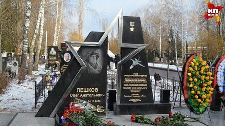 Ein Jahr nach SU-24-Abschuss durch die Türkei: Denkmal für Piloten in Russland eingeweiht