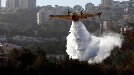 Erin Löschflugzeug bekämpft Brände vor der Stadt Haifa, Israel November 2016.