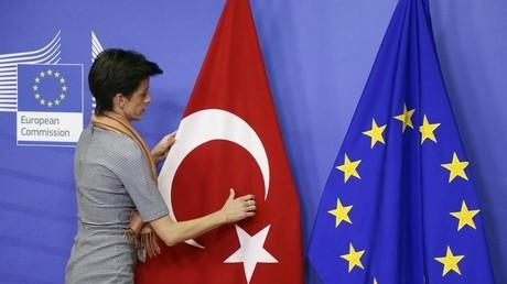 Der Vizepräsident des gemeinsamen parlamentarischen Komitees der EU und der Türkei, Ahmet Berat Conkar, kritisiert die jüngste Resolution des EP. Seiner Meinung nach zwingt die EU Ankara, sich nach