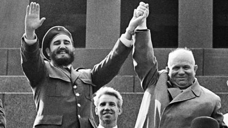 Der Anführer der kubanischen Revolution, Fidel Castro, und der Vorsitzende der Ministerrates der UdSSR, Nikita Chruschtschow, auf der Tribüne des Lenin-Mausoleums am 1. Mai 1963. Das Bild zeigt Castro während seiner legendären, einmonatigen ersten Reise in die UdSSR.