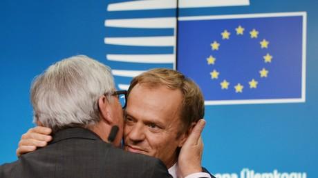 Lob vom Chef: Der Präsident des Europäischen Rates Donald Tusk wird vom Vorsitzenden der EU-Kommission, Jean-Claude Juncker geherzt.