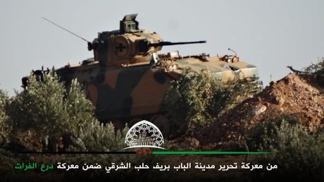 Ein türkisches Panzerfahrzeug vom Typ ACV-15, fotografiert von einer FSA-Einheit nördlich von al-Bab.
