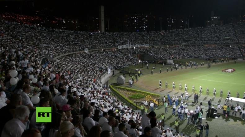 Nach tragischem Flugzeugunglück in Kolumbien: Fans der gestorbenen Fußballer trauern im Stadion