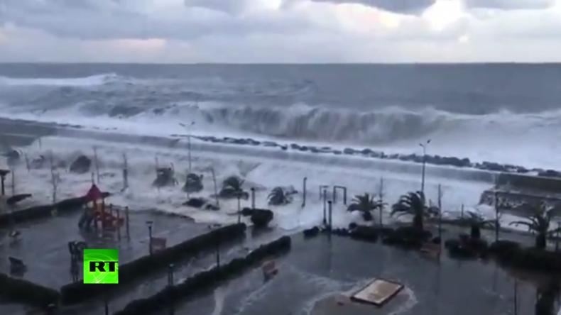 """Sotschi: Spektakuläre Aufnahmen von """"Monsterwellen"""" verbreiten sich viral im Netz"""