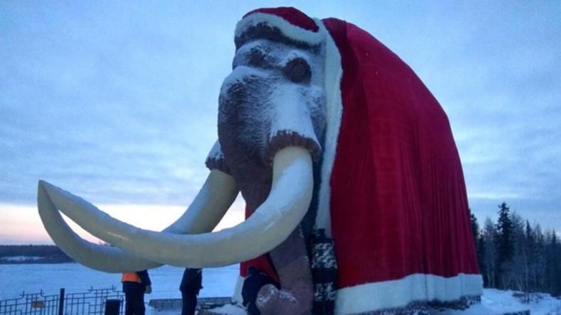 Sibirisches Mammut als Weihnachtsmann verkleidet