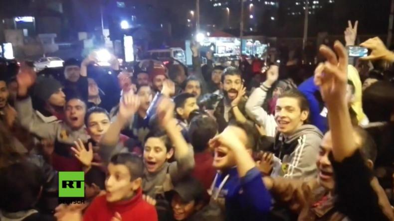 Aleppo zelebriert den Sieg: Menschenmassen feiern auf den Straßen