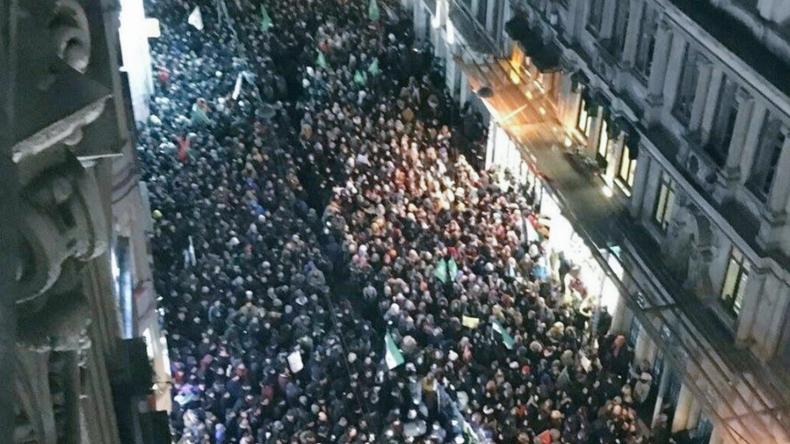 Türken protestieren vor russischem Konsulat in Istanbul wegen Situation in Aleppo