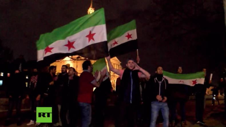 """""""Terroristen, Terroristen!"""" Assad-Unterstützer und FSA-Sympathisanten treffen in Paris aufeinander"""