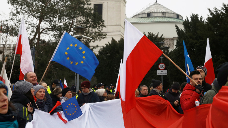Tausende Menschen protestieren vor Präsidentenpalast in Warschau