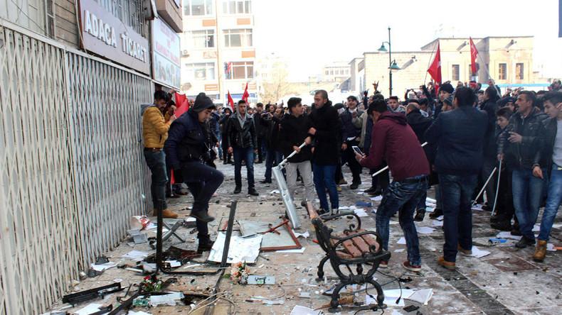 Türkei: Nach Terroranschlag in Kayseri Mob greift Parteibüros von HDP landesweit an