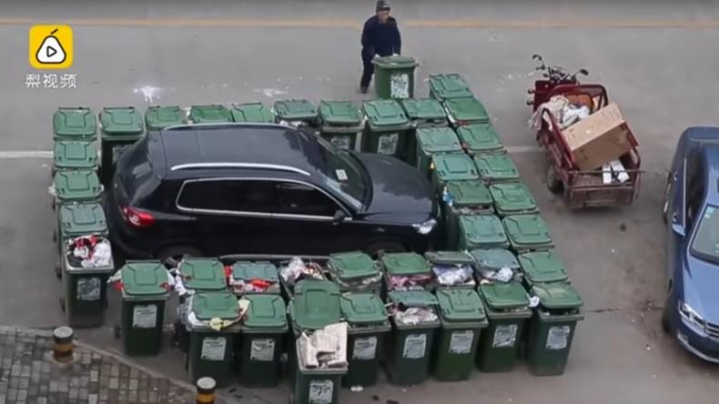 Chinesischer Müllmann blockiert Falschparker mit Abfallcontainern [VIDEO]