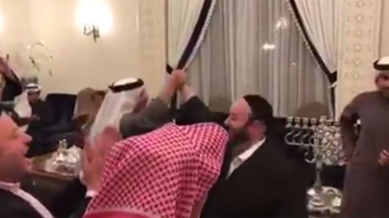 Juden und Muslime tanzen zusammen bei Chanukka-Feier in Bahrain