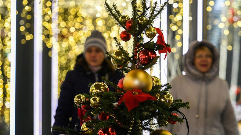 Moskauerin klaut Weihnachtsbaum und hinterlässt heiße Spur aus Kugeln und Lametta