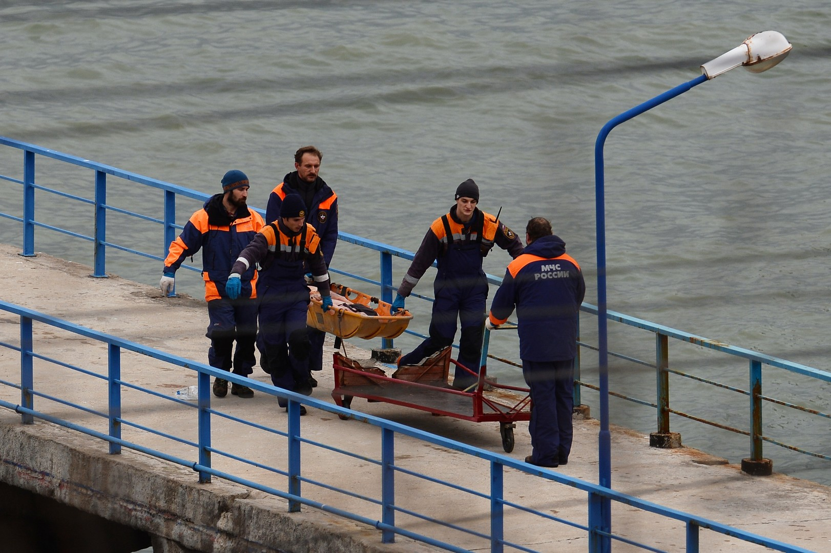 Russische Passagiermaschine stürzt mit 92 Menschen an Bord ins Meer ab
