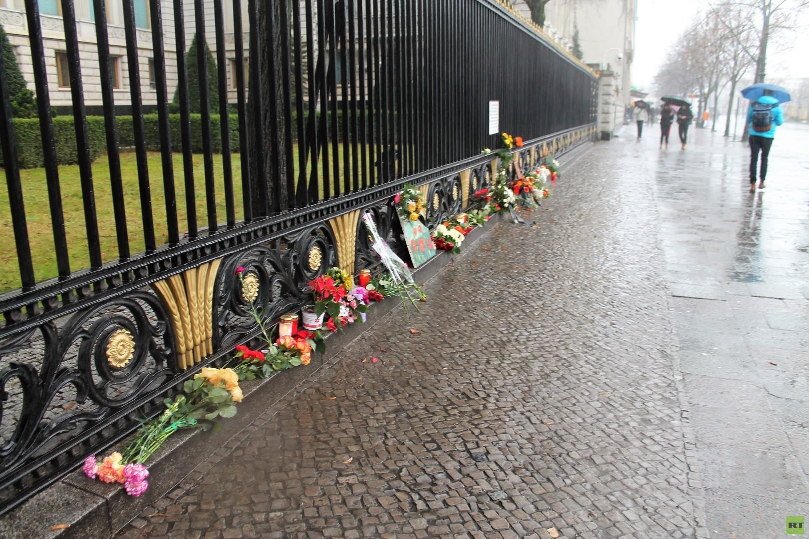 Einsame Trauer um die Opfer von Sotschi – Stilles Gedenken vor der Russischen Botschaft in Berlin