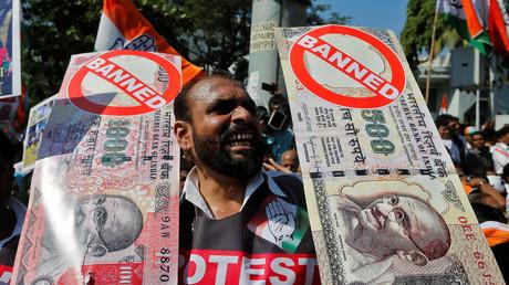 Ein Demonstrant hält ein Banner gegen die vom oppositionellen Nationalkongress kritisierte Abschaffung der 500 und 1000 Rupee-Scheine, Mumbai am 28. November 2016.